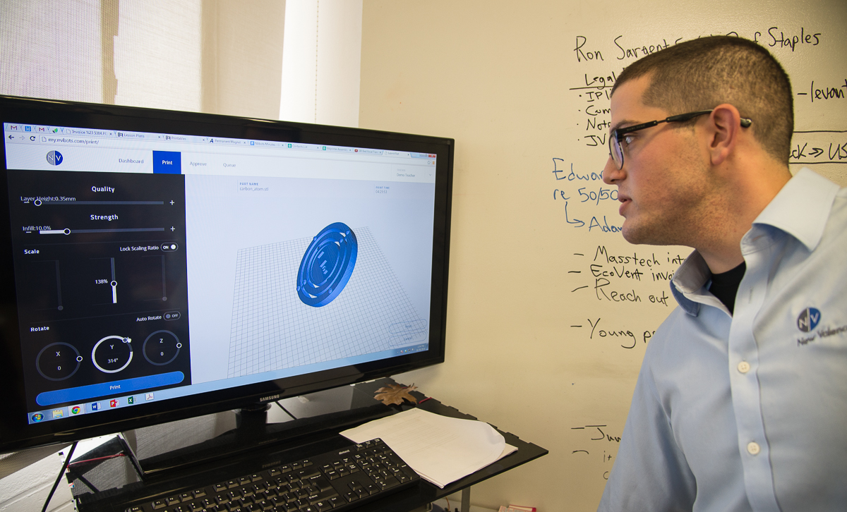 Perez shows the company's cloud-based software for running 3D printing jobs. Credit: Martin LaMonica